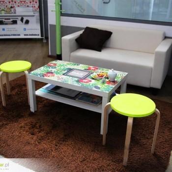 Druk na drewnianym stoliku IKEA