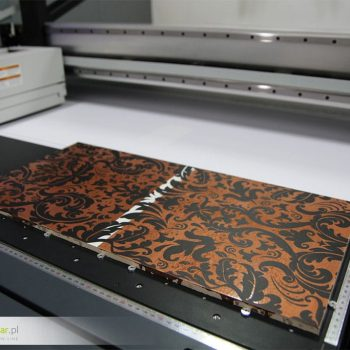Wersja dodatkowo lakierowana na powierzchni - Gotowy wzór dekoracyjny zadrukowany maszyną na płytce